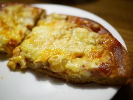 ( さっくり食べやすいピザ生地です )