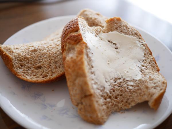 ( ソイブランパンにクリームチーズをぬって )