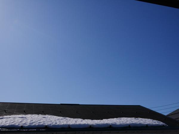 ( 青空!屋根の雪もへりました )