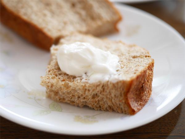 ( オリーブオイルで焼いたパンにのせました )