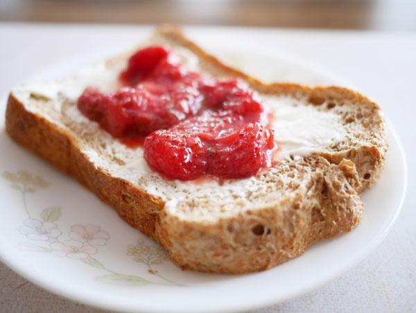 ( オリーブオイル用パンミックスに、苺ジャムとマルカルポーネチーズのせて♪ )