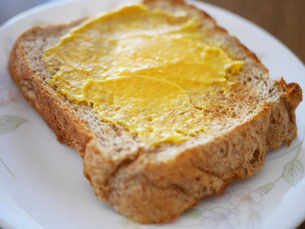 ( チーズデザートベジ6P キャロット&ゴールデンパインをブランパンにぬりました )