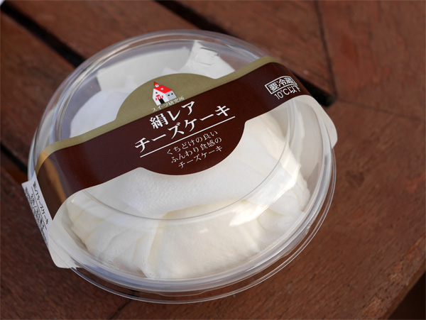 ( スイーツ研究所 絹レアチーズケーキ )